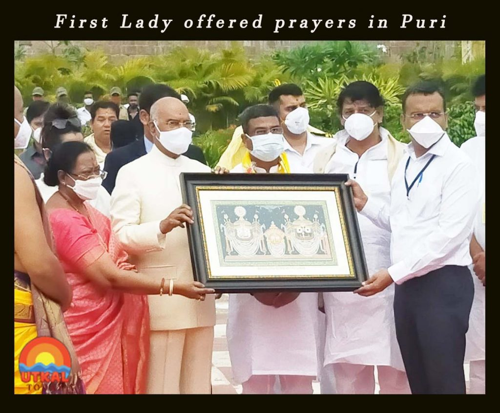 First-Lady-offered-prayers-in-Puri-with-Prez-ut